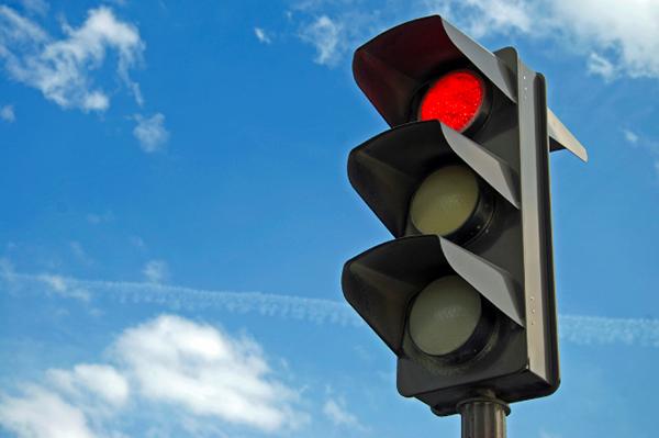 Conduciendo a través de una luz roja